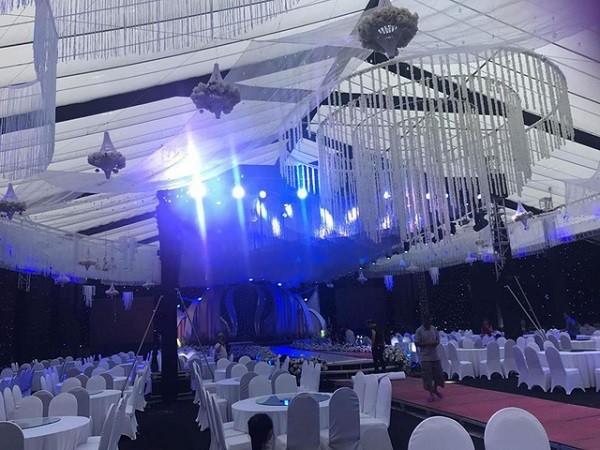Không gian lung linh của tiệc cưới khi lên đèn.