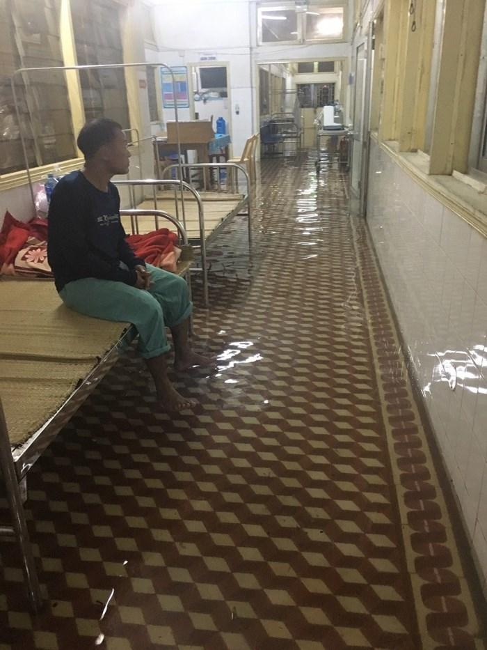 Khu vực Bệnh viện Đa khoa tỉnh Quảng Nam bị ngập nặng, các phòng điều trị và chăm sóc bệnh nhân ngập tràn nước