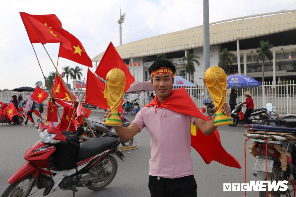 Các CĐV đã có mặt rất sớm tại khu vực SVĐ Mỹ Đình (Ảnh: VTC News)