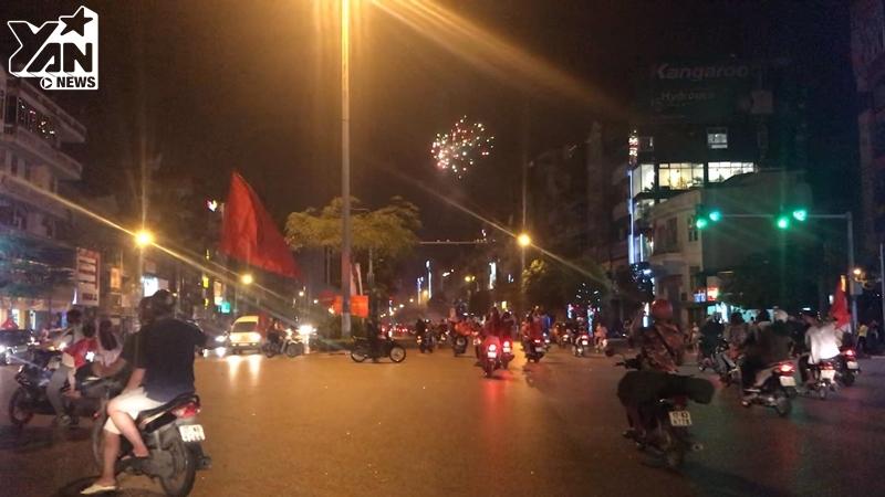 Hà Nội nổ tung, triệu người xuống đường hò reo, đốt pháo sáng, pháo hoa ăn mừng VN vào chung kết