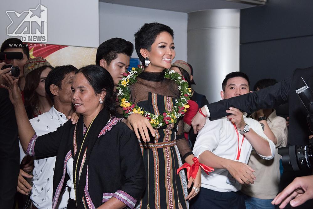 H'Hen Niê khóc nấc trong vòng tay mẹ và người hâm mộ giữa sân bay ngày trở về - Tin sao Viet - Tin tuc sao Viet - Scandal sao Viet - Tin tuc cua Sao - Tin cua Sao