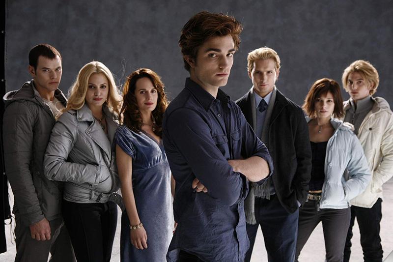"""Như câu thoại mà Edward dành cho Bella trong phim: """"Anh không còn sức lực để rời xa em nữa. Em như chất gây nghiện của đời anh."""" Sự cuồng nhiệt và mê đắm điên rồ dành cho Twilight đã chắp cánh để thêm 4 tập phim nữa ra đời, và phần còn lại, như người ta vẫn thường nói, đã là lịch sử."""