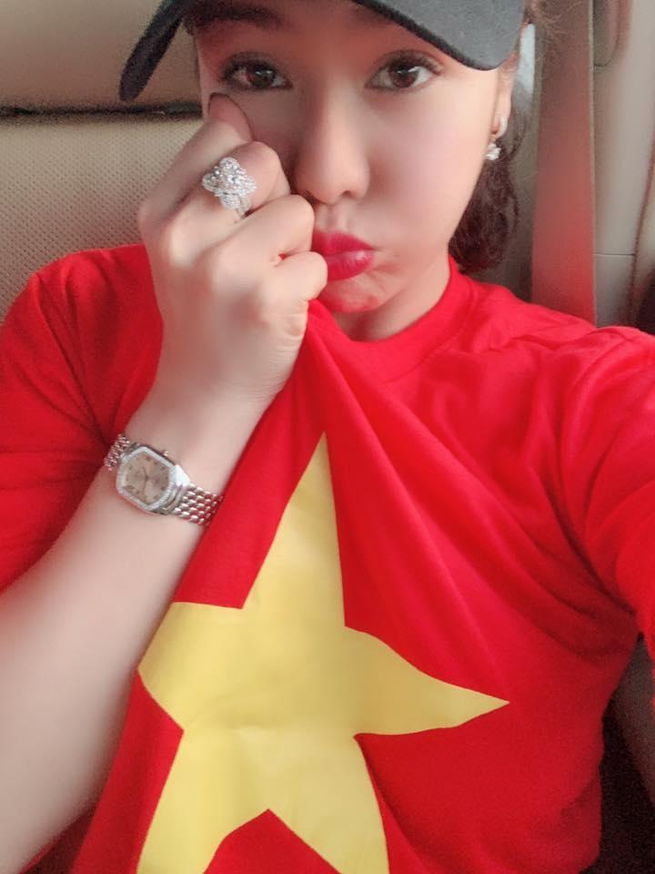 Nhật Kim Anh ra tận Hà Nội để thưởng thức trận bóng. Cô diện trang phục cờ đỏ sao vàng nổi bật, hoà theo không khí của người dân. - Tin sao Viet - Tin tuc sao Viet - Scandal sao Viet - Tin tuc cua Sao - Tin cua Sao