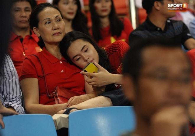 Mẹ Quỳnh Anh cũng có mặt tại sân Mỹ Đình cùng con gái