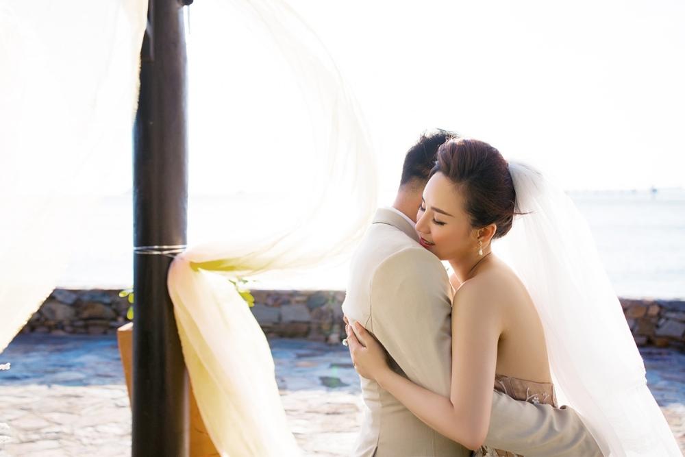 Vy Oanh lần đầu tiên hé lộ loạt ảnh cưới đẹp như mơ với ông xã đại gia