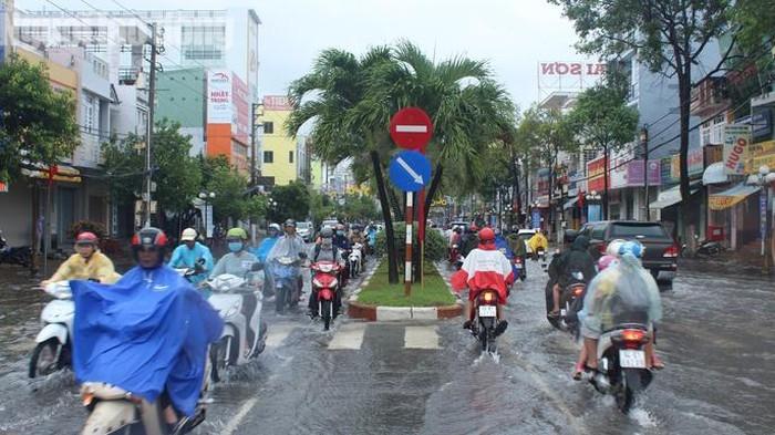 Người dân gặp khó khăn trong việc di chuyển trên đường dẫn tới muộn giờ học, giờ làm (Nguồn: NLĐ)
