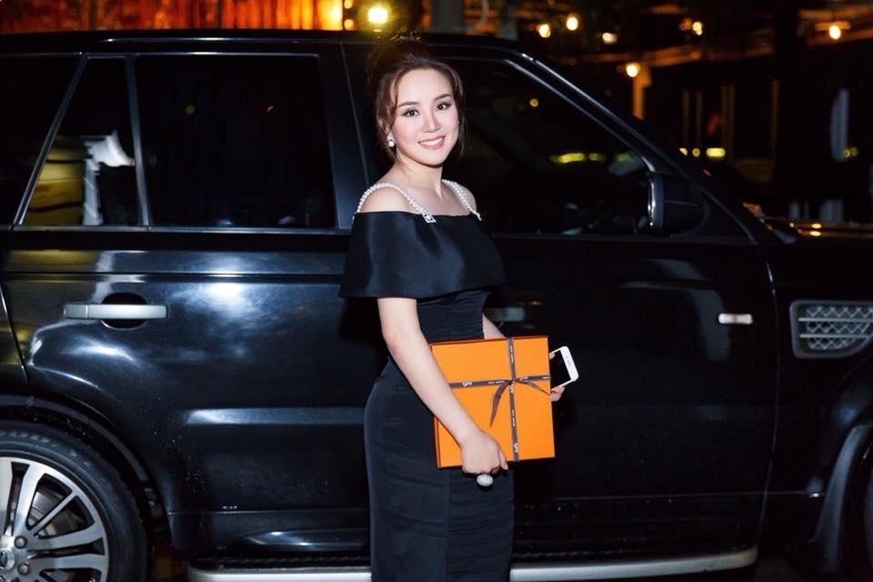 Những thiết kế Vy Oanh lựa chọn khá đơn giản, basic. Ví dụ như chiếc váy đen trơn bẹt vai với hai hàng dây ngọc trai làm điểm nhấn.