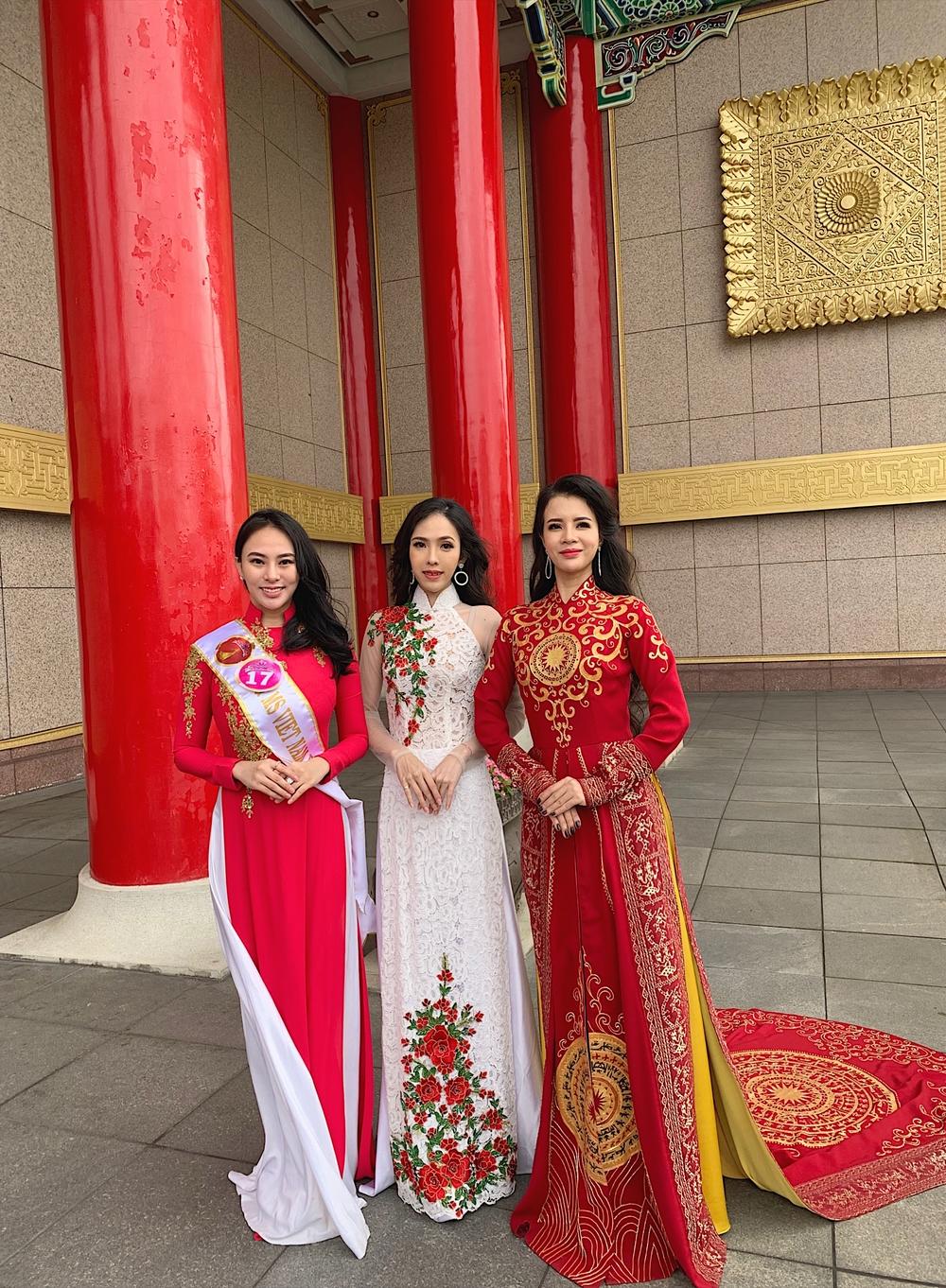Thu Hoàng tham gia hoạt động cùng các thi sinh của Hoa hậu Doanh nhân người Việt châu Á 2019.