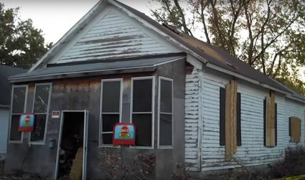 Ngôi nhà ở đường South Maple,Pana, Illinois này đã bị bỏ hoang khá lâu trước khi nó trở thành một vấn đề thực sự.