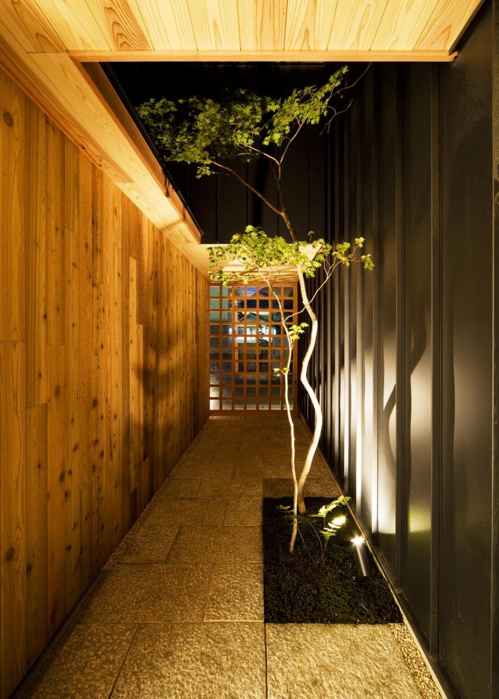 Phía ngoài hành lang được gia chủ thiết kế thoáng đãng