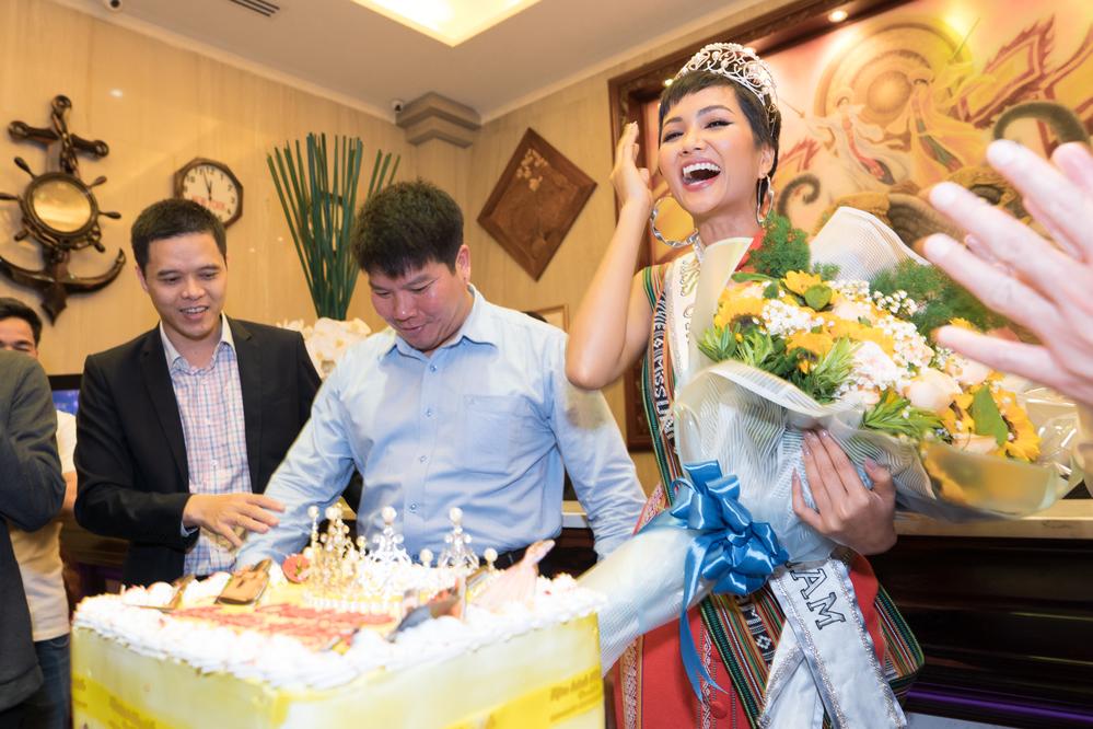 Sau thành tích Top 5 Miss Universe 2018, H'Hen Niê hạnh phúc trở về buôn làng - Tin sao Viet - Tin tuc sao Viet - Scandal sao Viet - Tin tuc cua Sao - Tin cua Sao