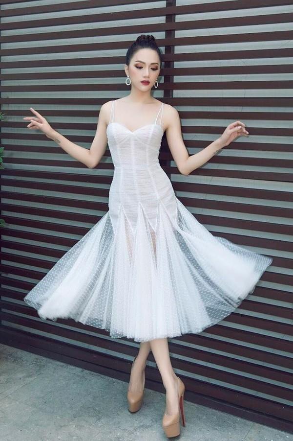 Đến cả cách tạo dáng thần thái Hòa Minzy cũng sao chép Hoa hậu Hương Giang - Tin sao Viet - Tin tuc sao Viet - Scandal sao Viet - Tin tuc cua Sao - Tin cua Sao