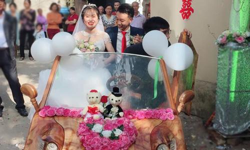 Cô dâu chú rể cười rạng rỡ bên nhau trong ngày trọng đại