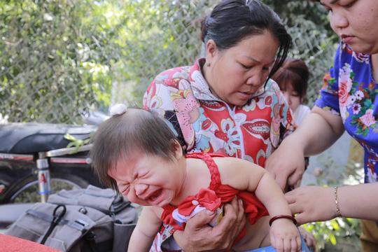 Khánh Hà (2 tuổi) bị thương ở đầu, theo lời bác sĩ trường hợp của cháucần phải theo dõi