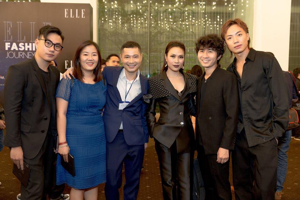 Mỹ Tâm cùng Dzung Yoko (bên trái) và bạn bè.