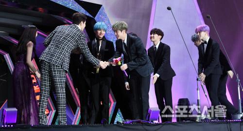 BTS lên nhận giải thưởng được trao từ mỹ nhân nhà SM và namdiễn viên Kang Ji Hwan.