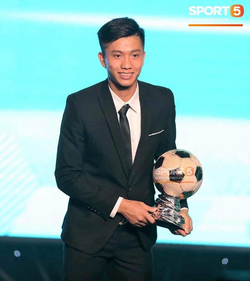 Phan Văn Đứcnhận giải thưởng trước khi tham dự Asian Cup 2019.