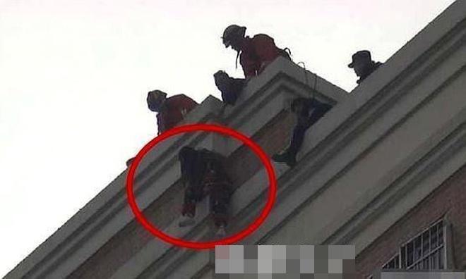 Nữ streamer trèo lên tầng thượng của tòa nhà và có ý định nhảy xuống bên dưới
