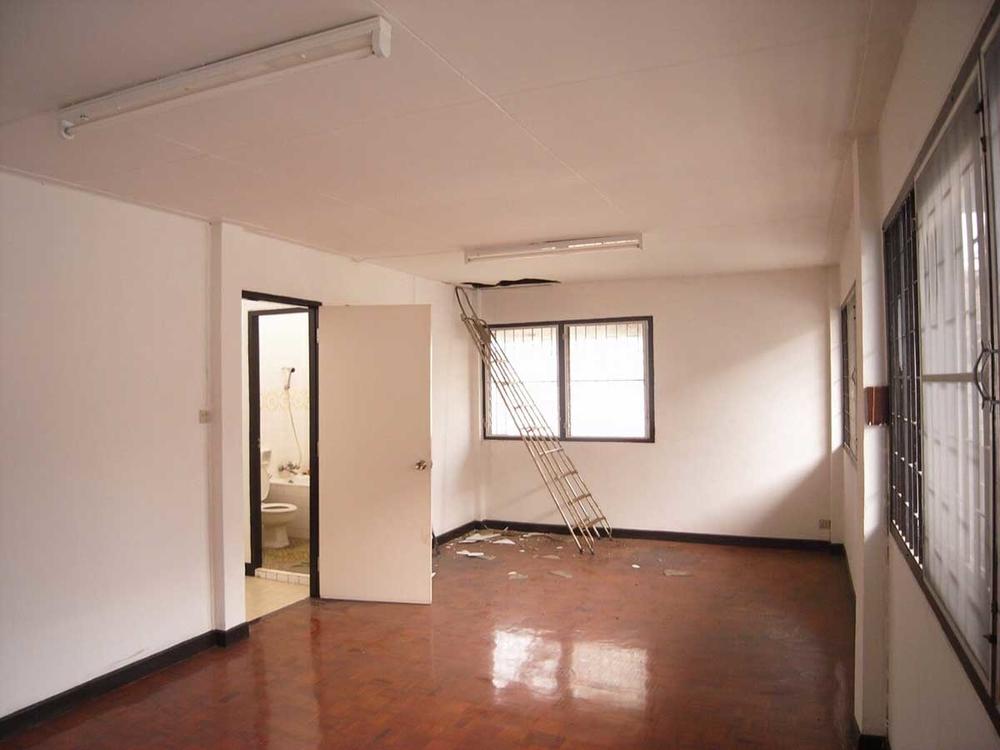 Ngoài việc thay đổi diện mạo, gia chủ cònđiều chỉnh lạibố cục của ngôi nhà để thuận tiện hơn