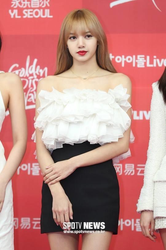 10 lần hiếm hoi Lisa được stylist ưu ái cho mặc đẹp, khoe trọn vóc dáng cực phẩm