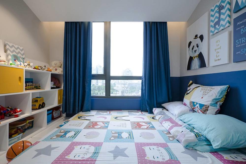 Phòng ngủ của bé trang trí đáng yêu nhẹ nhàng với tông màu nhạt cho drap nệm và xanh đậm cho rèm cửa
