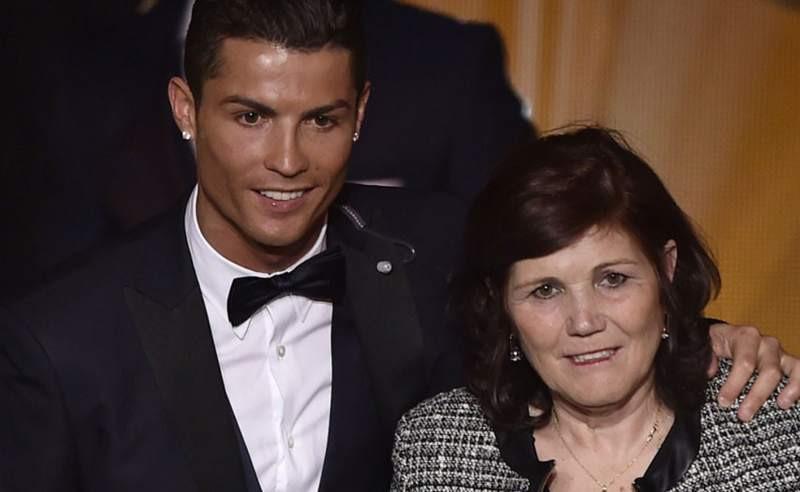 Ronaldo và mẹ anh, bà Dolores Aveiro. Ảnh: Getty Images.
