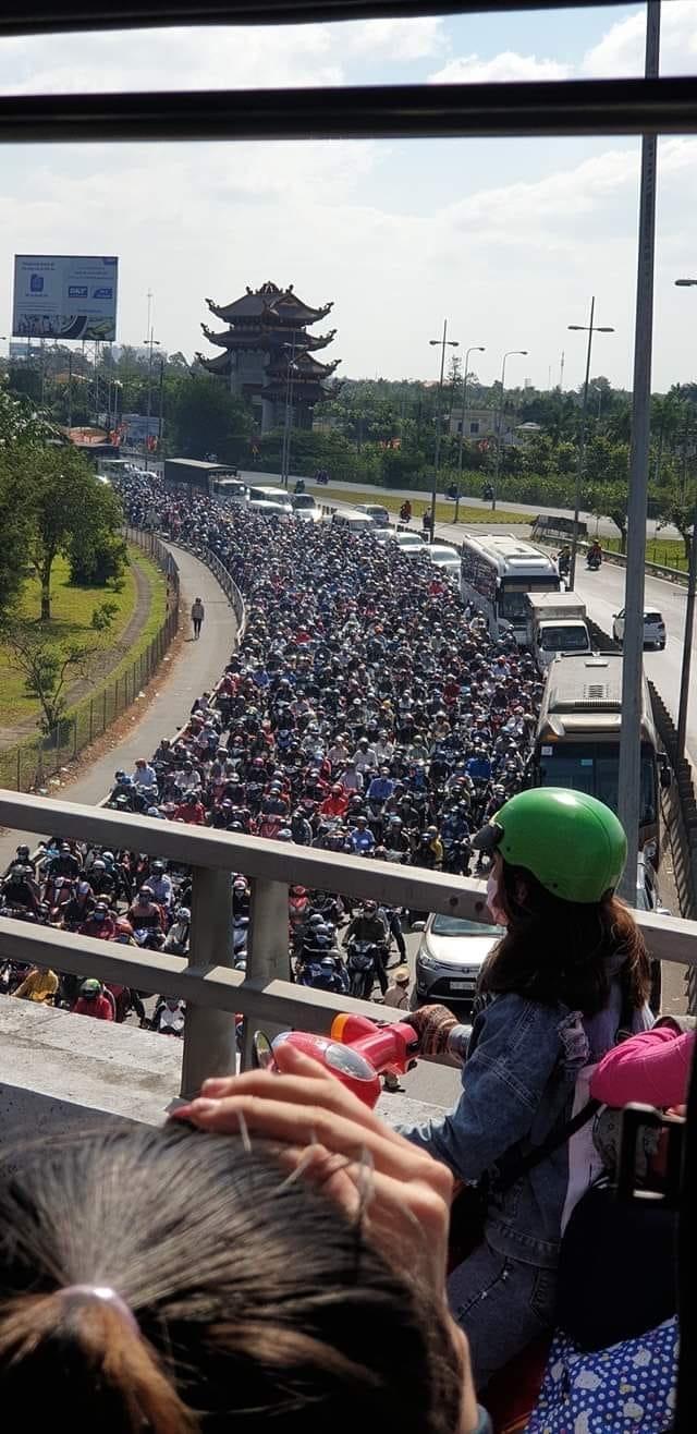 """Hàng dài phương tiện """"xếp hàng"""" trên đường trở lại TP Hồ Chí Minh"""