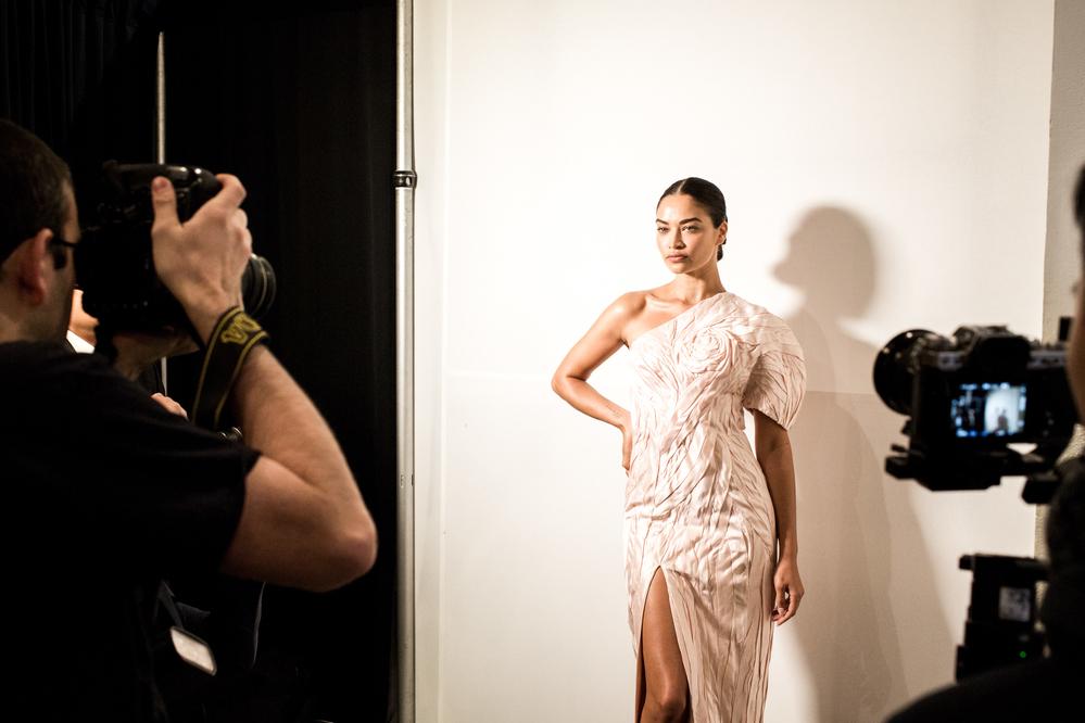 Hậu trường nóng bỏng của dàn thiên thần Victoria Secret trong show Công Trí ở New York Fashion Week