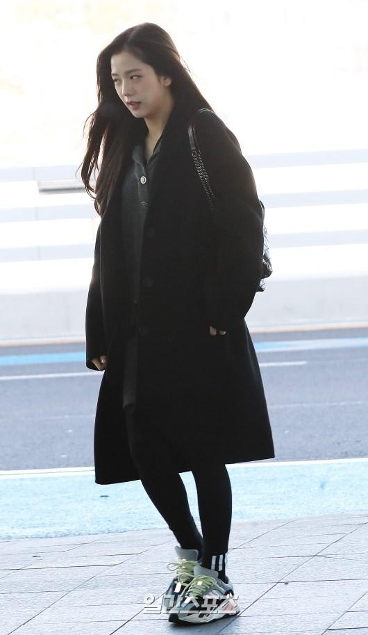 Jisoo diện outfit tối màu cùng giày thể thao rất năng động.