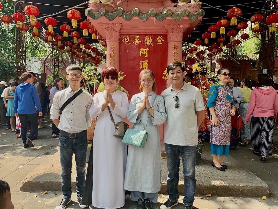 Hoàng Yến Chibi diện áo dài đơn giản củng gia đình đi lễ chùa ngày đầu năm.