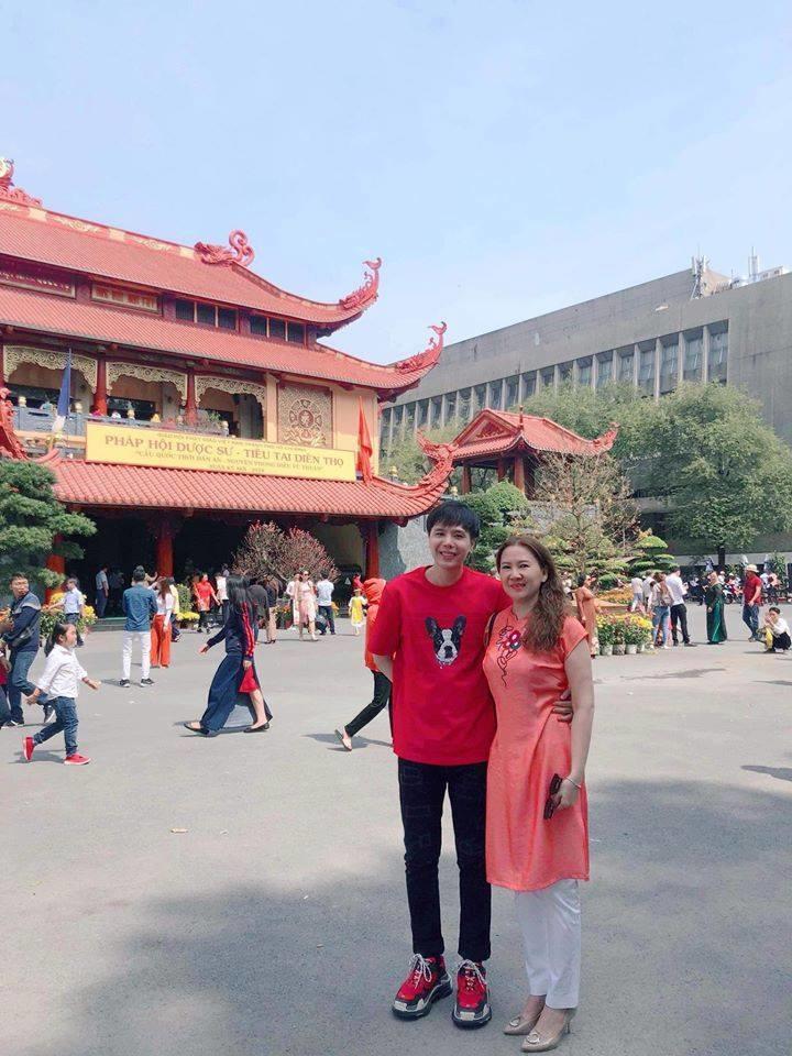 Trịnh Thăng Bình với chiếc áo đỏ có hình chú chó nhân dịp Xuân Kỷ Hợi.