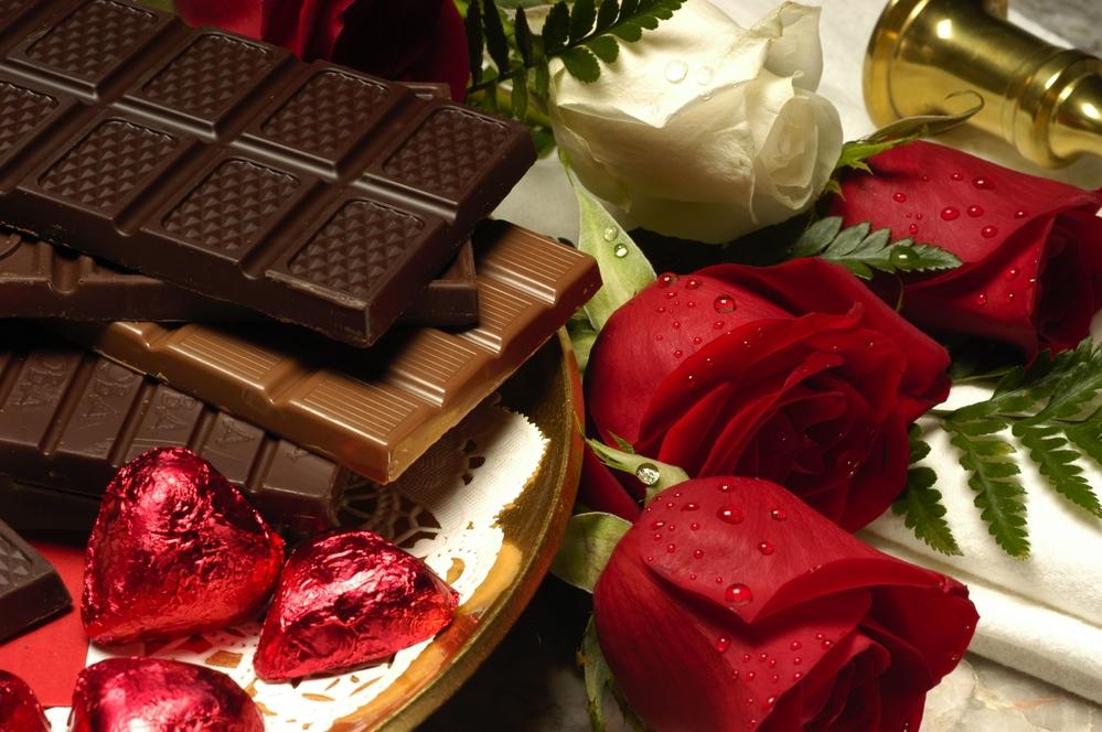 Hoa hồng đỏ và chocolate biểu trưng cho những trải nghiệm trong tình yêu