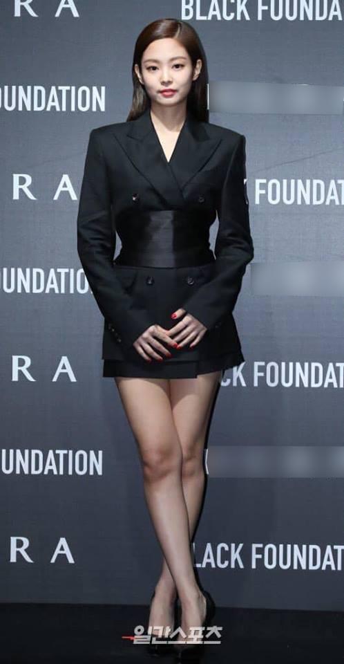 Jennie vô cùng quyền lực, sang chảnh khidiện chiếc vest đen dài.