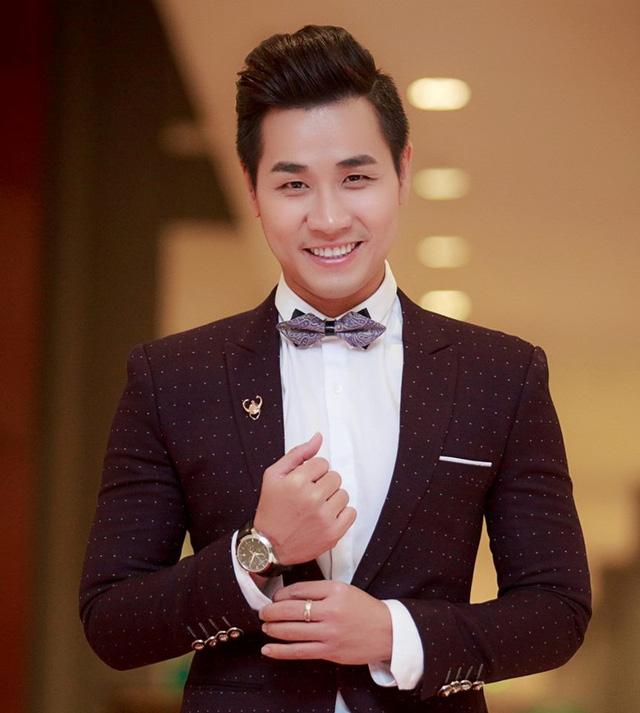 Nguyên Khang luôn được biết đến là một MC duyên dáng, hóm hỉnh với cách nói chuyện cực kỳ duyên dáng cùng với đôi mắt cười một mí rất đáng yêu của mình.