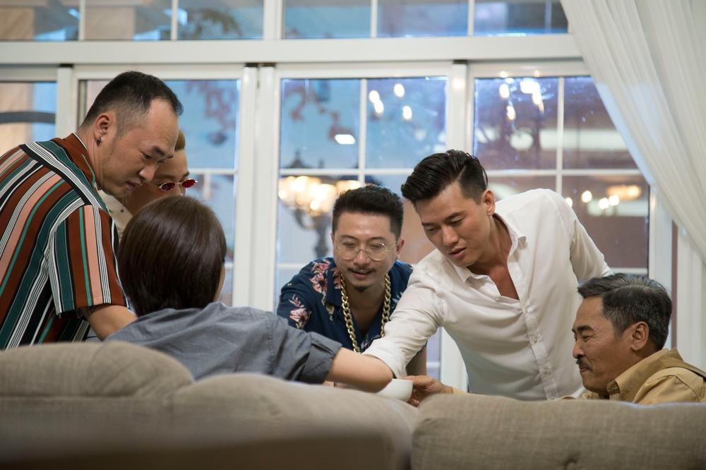 Thu Trang giận dỗi, trách Tiến luật bỏ bê mình bị thương trên phim trường