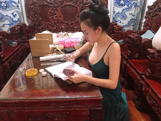 Bà Tưng hiện đang tập trung cho việc kinh doanh mỹ phẩm online