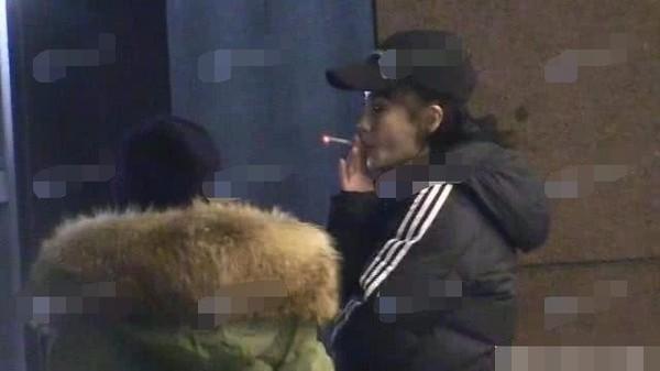 AngelaBaby tiếp tục hút thuốc lá khiến fan lo lắng.
