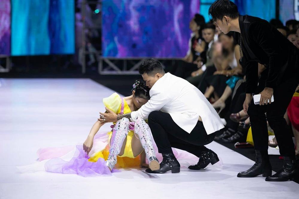 Tối qua, khá nhiều người mẫu bị ngã vì sàn diễn trơn.
