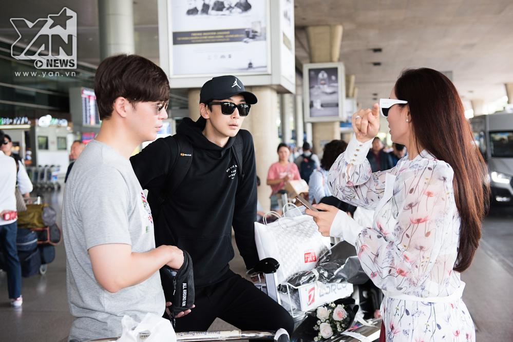 Dàn sao Hàn né ống kính phóng viên khi đổ bộ sân bay Tân Sơn Nhất