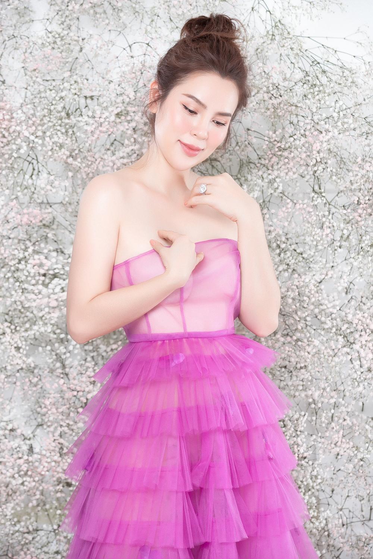 Hoa hậu Phương Lê diện váy hồng, khoe làn da trắng sứ ở tuổi 40