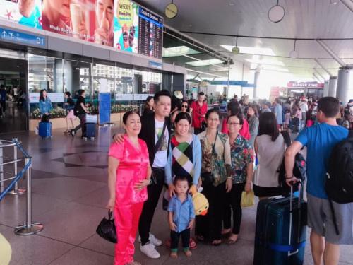 Hoàng Anh nghẹn ngào khi chia tay gia đình ở sân bay