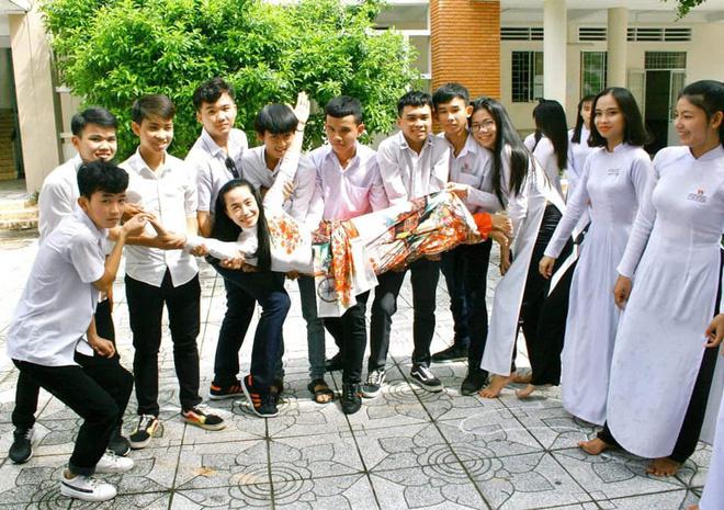 Những khoảnh khắc vui vẻ của cô giáo Kim Thanh bên cạnh học trò của mình