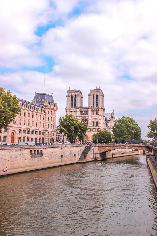 Ngắm nhìn kiến trúc đồ sộ, vẻ đẹp cổ kính của Nhà thờ Đức Bà Paris trước khi bị cháy