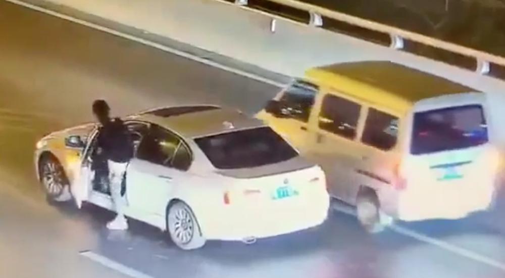 Chiếc xe không di chuyển trên cầu một lúc.