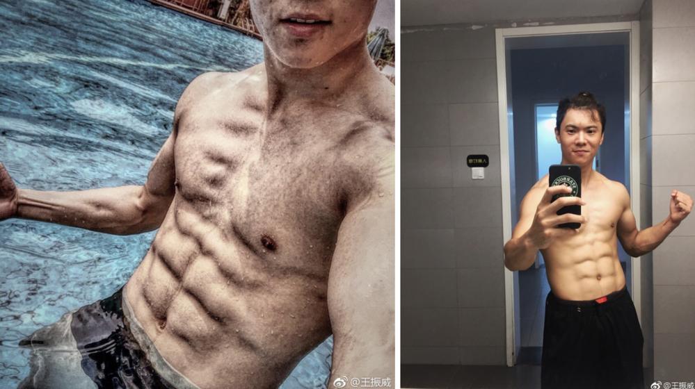 """So với hình ảnh của nam chính Jaden, Vương Chân Uycó phần điển trai gọn gàng hơn. Anh nay không còn là cậu nhóc ngày nào, nhờ tập võ thuật mà Vương Chân Uycó được thân hình săn chắc, body 6 múi """"vạn người mê""""."""