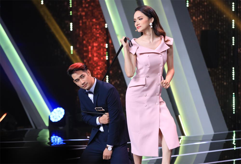 """Trong khi Hương Giang lại khá quyết liệt trong màn tạo dáng với """"siêu phẩm""""."""