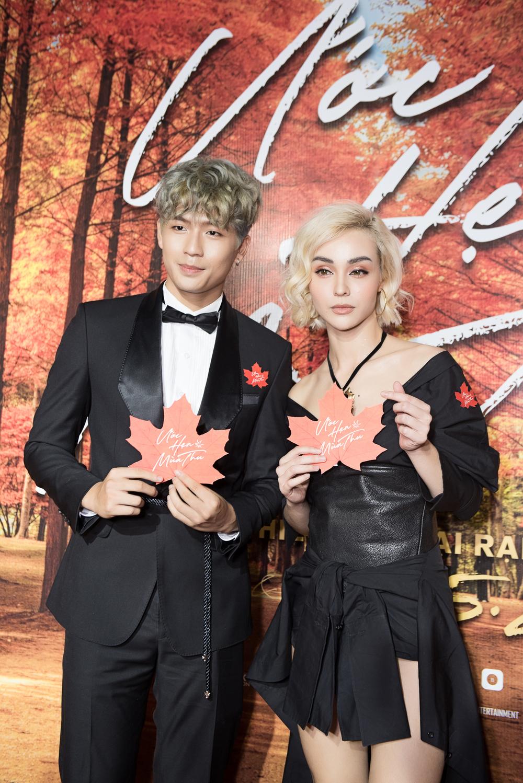 Hot boy Trần Quốc Anh - Mlee ăn diện tông xuyệt tông, tình tứ trên thảm đỏ