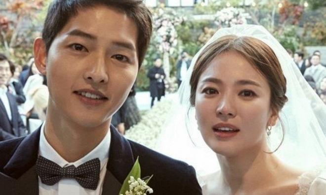 Sau tất cả, Song Joong Ki - Song Hye Kyo diện áo đôi xoá tan tin đồn ly hôn