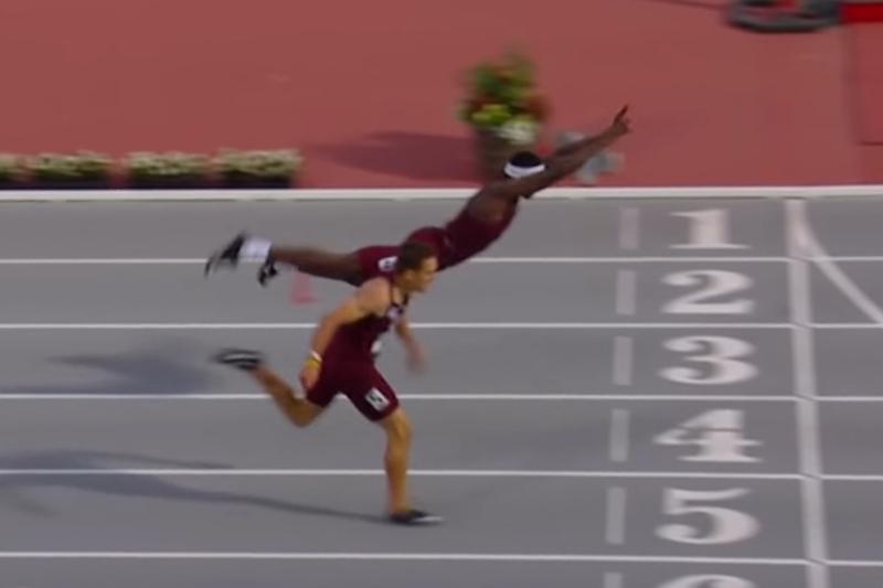 Infinite Tuckernhảy phắt về phía trước để chạm đích trước.