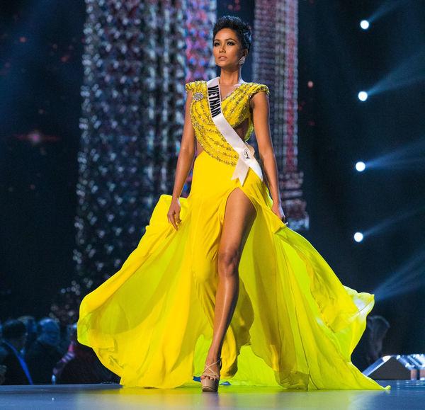 Váy vàng của H'Hen Niê được Missosology bình chọn là trang phục đẹp nhất lịch sử Miss Universe